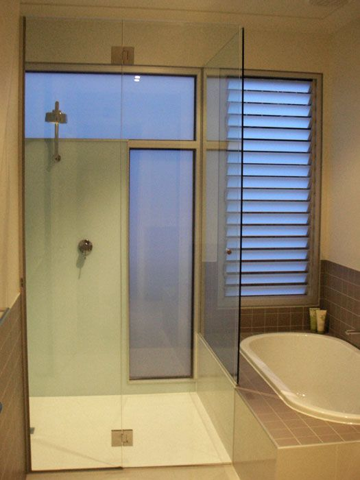 Corner frameless shower screeen