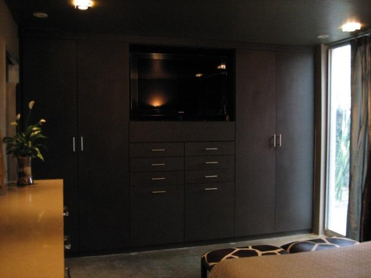 built-in-wardrobes-at-the-foot-of-the-bed